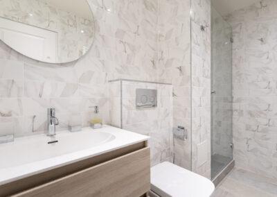 Appartement de style haussmannien à Paris 7ème - La salle de bain avec douche de la chambre Invité, par Béatrice Elisabeth, Décoratrice UFDI à Neuilly et Paris