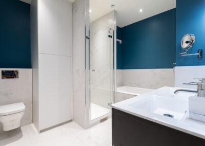 Appartement de style haussmannien à Paris 7ème - La salle de bain de la chambre Master avec la zone lavage fermée, par Béatrice Elisabeth, Décoratrice UFDI à Neuilly et Paris