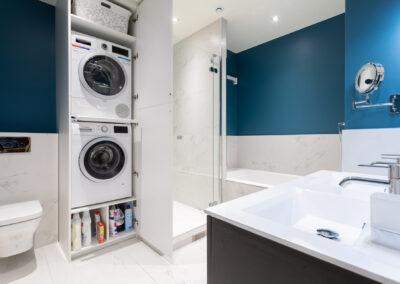 Appartement de style haussmannien à Paris 7ème - La salle de bain de la chambre Master avec la zone lavage ouverte, par Béatrice Elisabeth, Décoratrice UFDI à Neuilly et Paris