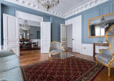 Appartement de style haussmannien à Paris 7ème - Le grand salon versaillais avec vue sur la salle à manger, par Béatrice Elisabeth, Décoratrice UFDI à Neuilly et Paris
