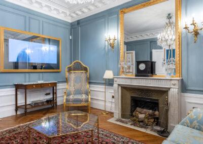 Appartement de style haussmannien à Paris 7ème - Le salon avec sa télévision miroir, par Béatrice Elisabeth, Décoratrice UFDI à Neuilly et Paris