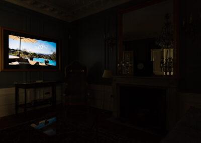 Appartement de style haussmannien à Paris 7ème - Le salon avec sa télévision miroir allumée, par Béatrice Elisabeth, Décoratrice UFDI à Neuilly et Paris