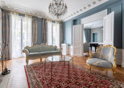 Appartement de style haussmannien à Paris 7ème - Le salon très lumineux aux tons bleus gris, par Béatrice Elisabeth, Décoratrice UFDI à Neuilly et Paris