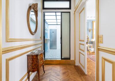 Appartement de style haussmannien à Paris 7ème - Les couloirs aux dorures structurantes, par Béatrice Elisabeth, Décoratrice UFDI à Neuilly et Paris
