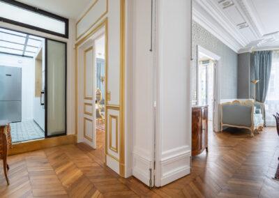 Appartement de style haussmannien à Paris 7ème - Vue des couloirs vers la cuisine et la salle à manger, par Béatrice Elisabeth, Décoratrice UFDI à Neuilly et Paris
