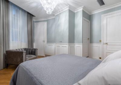 Appartement de style haussmannien à Paris 7ème - la chambre Invité douce et fraiche, par Béatrice Elisabeth, Décoratrice UFDI à Neuilly et Paris