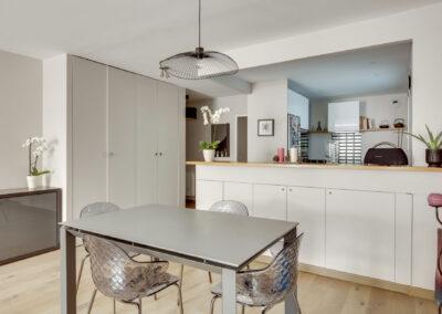 Rénovation d'un appartement à Courbevoie - La cuisine façon américaine avec rangement optimisé, par Béatrice Elisabeth, Décoratrice UFDI à Neuilly et Paris