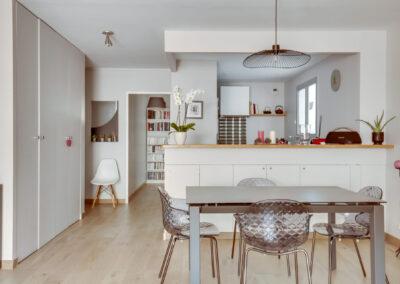 Rénovation d'un appartement à Courbevoie - La salle à manger avec vue sur la cuisine, par Béatrice Elisabeth, Décoratrice UFDI à Neuilly et Paris