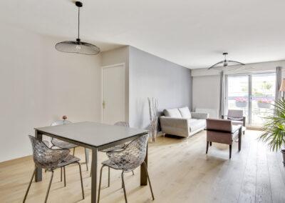 Rénovation d'un appartement à Courbevoie - La salle à manger avec vue sur le salon, par Béatrice Elisabeth, Décoratrice UFDI à Neuilly et Paris