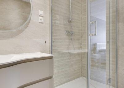 Rénovation d'un appartement à Courbevoie - La salle de bain - la douche d'angle, par Béatrice Elisabeth, Décoratrice UFDI à Neuilly et Paris