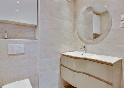 Rénovation d'un appartement à Courbevoie - La salle de bain - son meuble vasque et miroir rond, par Béatrice Elisabeth, Décoratrice UFDI à Neuilly et Paris