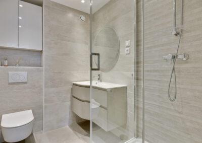 Rénovation d'un appartement à Courbevoie - La salle de bain - vue d'ensemble incluant la douche, par Béatrice Elisabeth, Décoratrice UFDI à Neuilly et Paris