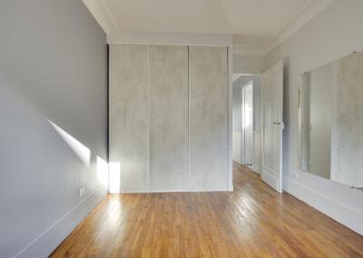 Agencement Appartement pour location Paris 17ème - La chambre et son dressing fonctionnel, par Béatrice Elisabeth, Décoratrice UFDI à Neuilly et Paris