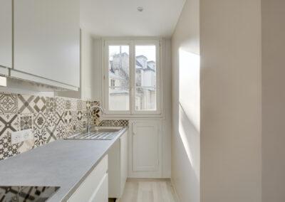 Agencement Appartement pour location Paris 17ème - La cuisine ergonomique avec une belle lumière naturelle, par Béatrice Elisabeth, Décoratrice UFDI à Neuilly et Paris
