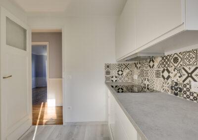 Agencement Appartement pour location Paris 17ème - La cuisine et sa crédence aux carreaux avec motifs noir et blanc, par Béatrice Elisabeth, Décoratrice UFDI à Neuilly et Paris