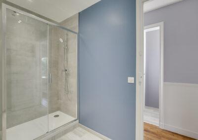 Agencement Appartement pour location Paris 17ème - La grande douche et ses portes en verre, par Béatrice Elisabeth, Décoratrice UFDI à Neuilly et Paris