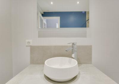 Agencement Appartement pour location Paris 17ème - La salle de bain avec une vasque cuvette, par Béatrice Elisabeth, Décoratrice UFDI à Neuilly et Paris