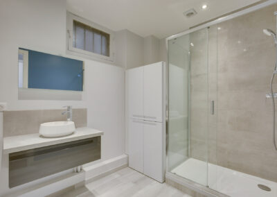 Agencement Appartement pour location Paris 17ème - La salle de bain design et fonctionnelle avec une grande douche, par Béatrice Elisabeth, Décoratrice UFDI à Neuilly et Paris