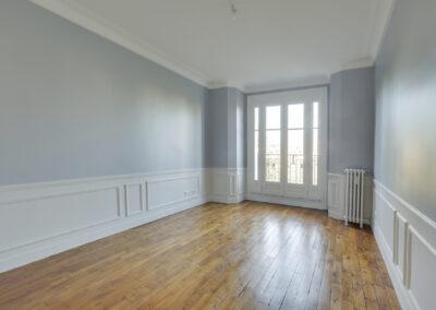 Agencement Appartement pour location Paris 17ème - Le salon lumineux avec son beau parquet, par Béatrice Elisabeth, Décoratrice UFDI à Neuilly et Paris
