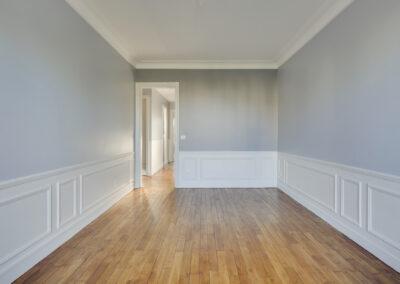 Agencement Appartement pour location Paris 17ème - Le salon lumineux avec son beau parquet avec vue sur le couloir, par Béatrice Elisabeth, Décoratrice UFDI à Neuilly et Paris