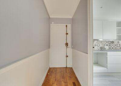 Agencement Appartement pour location Paris 17ème - L'entrée et le couloir vers la cuisine, par Béatrice Elisabeth, Décoratrice UFDI à Neuilly et Paris