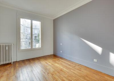 Agencement Appartement pour location Paris 17ème - Une des chambres aux couleurs douces, par Béatrice Elisabeth, Décoratrice UFDI à Neuilly et Paris